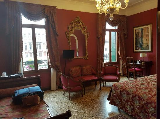 San Cassiano Residenza d'Epoca Ca' Favretto: Upgraded from a single room to a double/family sized room with an amazing view! Felt like royalt