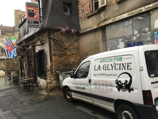 Guingamp, Francja: La Glycine