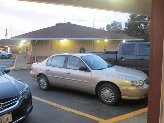 Relax Inn: parking lot