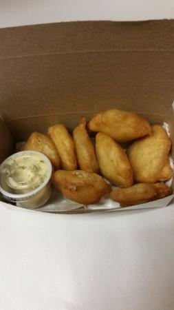 Fergus, Kanada: Deep fried pickles, with dill sauce!