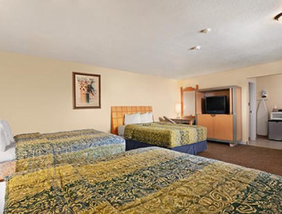 Travelodge Clovis : 3 Queen Beds