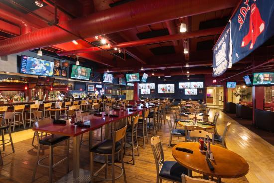 Crowne Plaza Boston Woburn: Scoreboard Bar 4