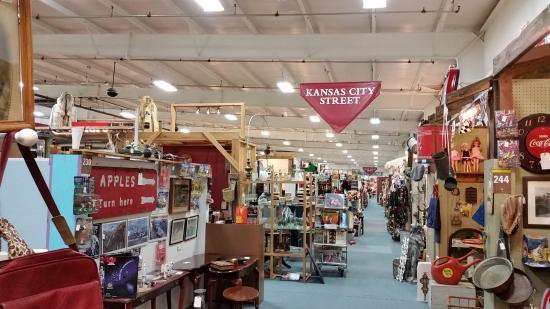 Grain Valley, Миссури: Booths upon booths.