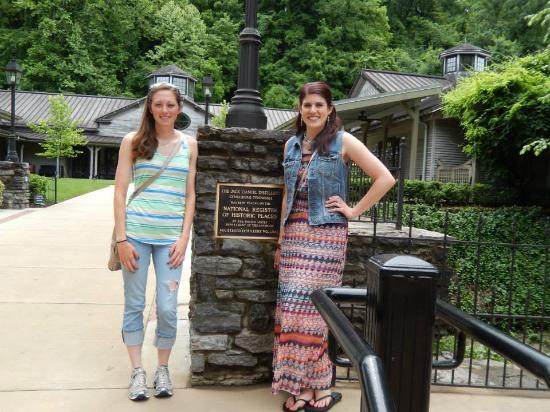 Smithville, Τενεσί: Our first photo as we arrived at the Jack Daniels Distillery :)!