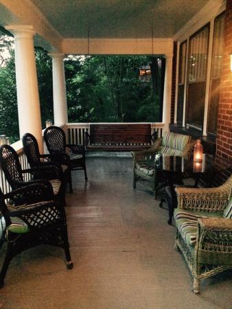 Sweet Biscuit Inn: Front porch area, always lit with candles at night