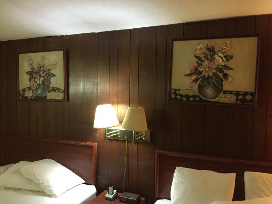 Budget Host Stone's Motel: Panelling Behind Beds