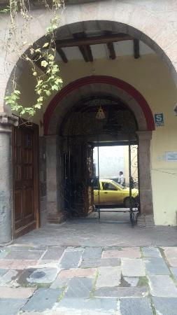 Gran Hostal Machu Picchu: salida del hostal hacia calle principal