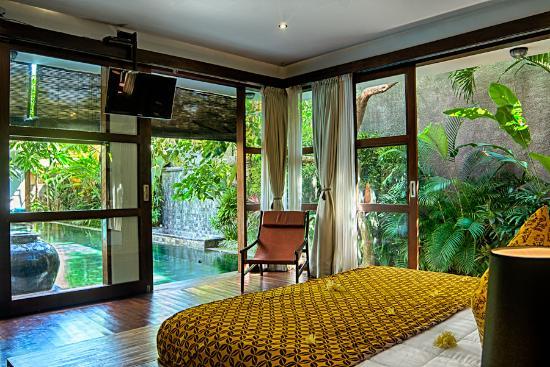 Villa amira legian indonesia review kondominium for Master bedroom downstairs