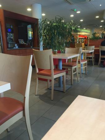 Ibis Strasbourg Aeroport : Salle petit déjeuner