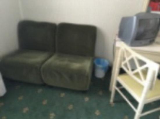 Hotel Milano: Décoration de la chambre démodé, petite TV et mauvaise litterie.