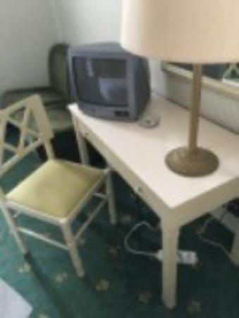 Hotel Milano: Concetions éléctriques rudimentaires (voir sous la table)