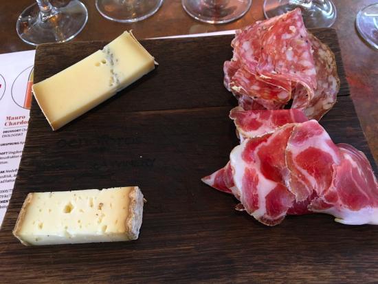Simrishamn, Σουηδία: Chark, ost & oliver serveras til vinet