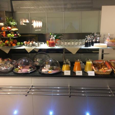 Design Hotel F6: Tolles Frühstücksbuffet. Sehr feines Müsli. Neue schöne saubere Zimmer