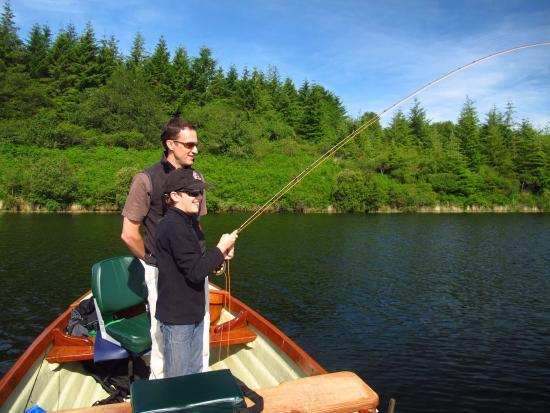 Commana, França: Pêche en famille sur le lac du Drennec