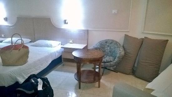 Galil Hotel: кровати, тумбочки, кресла