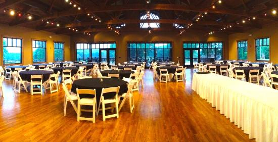 Taylorsville, Carolina del Norte: McLindon's also has a large meeting room which is perfect for large groups, class reunions, wedd