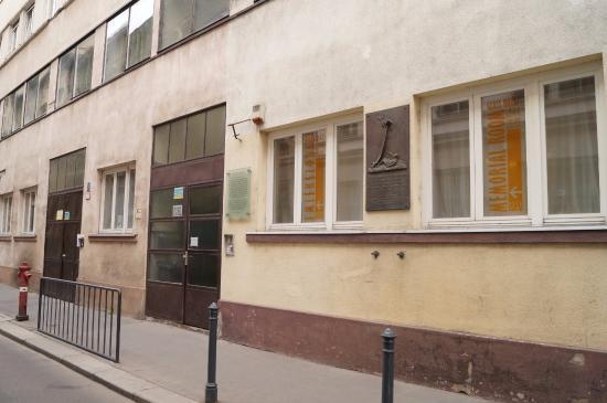 The Glass House: Вход в музей - дверь слева, звонить в звонок
