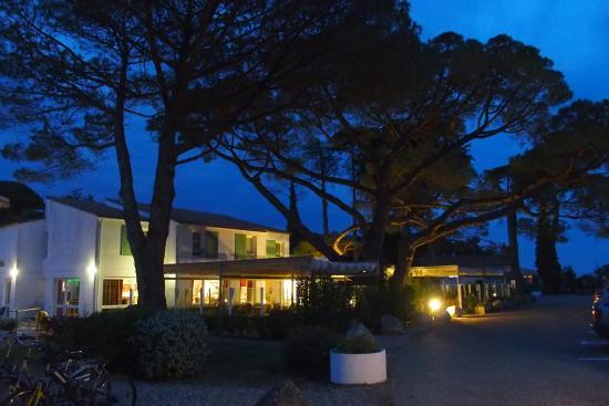 Hotel Le Parasol : Hôtel à la tombée de la nuit
