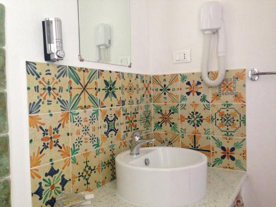 Particolare del bagno in maioliche foto di la goletta di salina