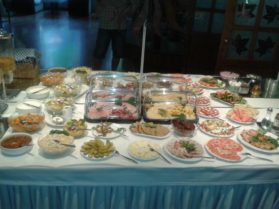Dlugie, Poland: bogaty wybór dań na śniadanie