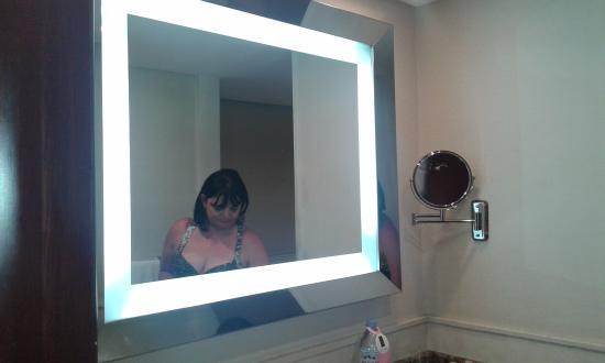 Regal Pacific Hotel Buenos Aires: Detalle del marco iluminado del espejo. Genial.