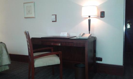 Regal Pacific Hotel Buenos Aires: Escritorio y lámpara. Muy delicados.