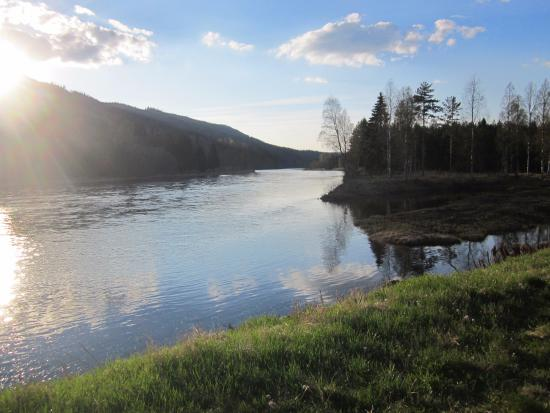 Sysslebäck, Suecia: Uitzicht op de rivier vanaf de camping