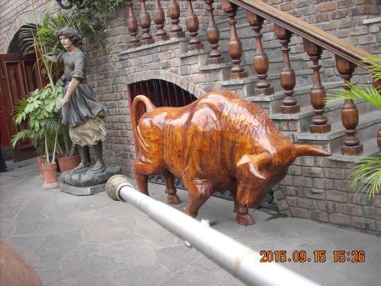 toro tallado en madera picture of el hornero la molina