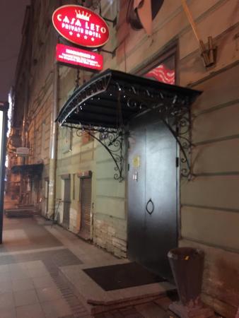 Casa Leto: entrée et rue de l'hôtel