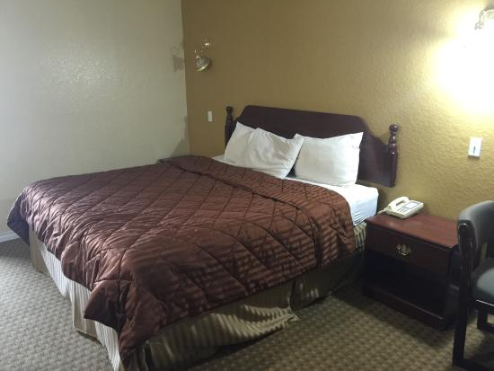La Villita Inn San Antonio: My room 114. Very nice for the online pricing I got, bed is comfy along with the couch updated b