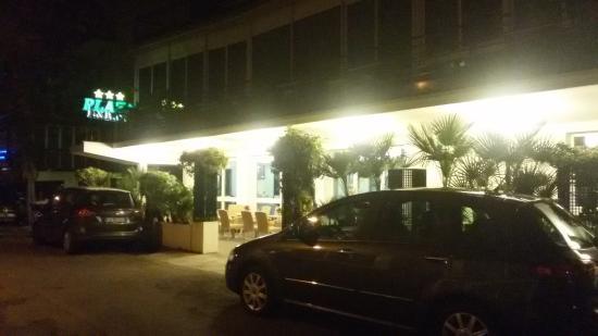 Hotel Plaza: veranda esterna davanti all'ingresso