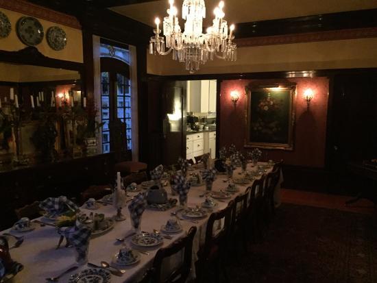 Portland's White House: Dinning Room (breakfast room) taken at night