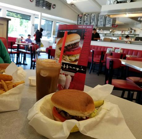 Photo of American Restaurant Jeffrey's Hamburgers at 888 El Camino Real, Menlo Park, CA 94025, United States