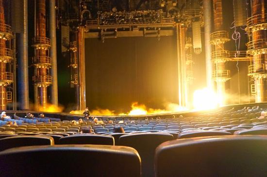 KA (カー)  - シルクドソレイユ, 開演前の待ち時間中にたまに舞台で火が噴き上がります。