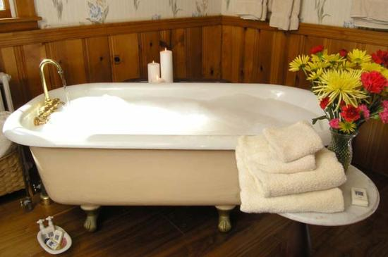 Oxford, MD: Deluxe Waterfront Suite Bathtub, walk-in shower also part of luxury bathroom