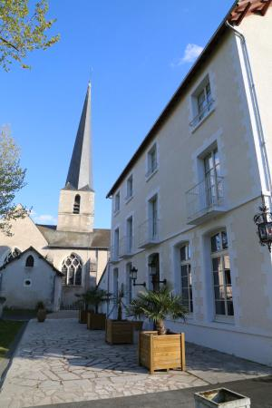 Cour-Cheverny, Francia: From the front view, the hotel is abutting the village church. our room was top floor on right