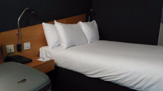 Holiday Inn Express Derby Pride Park: Bed with bedside tables and individual lights :)
