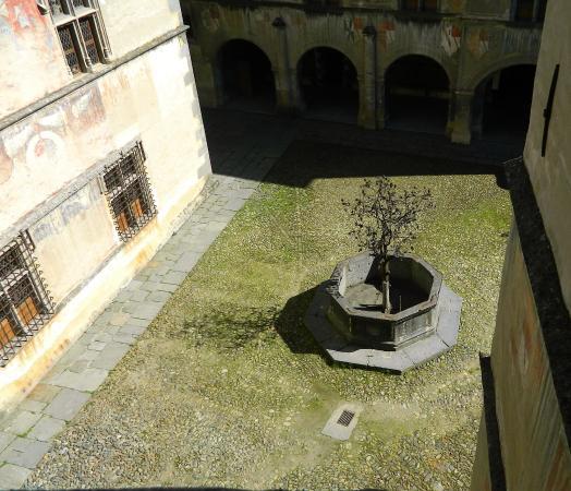 fontana con piccolo giardino - foto di castello di issogne ... - Piccolo Giardino Con Fontana