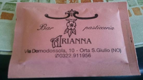Bar Pasticceria Arianna: Zum Wein gibt's gefüllte  Blätterteigleckereien. Snacks auch empfehlenswert.