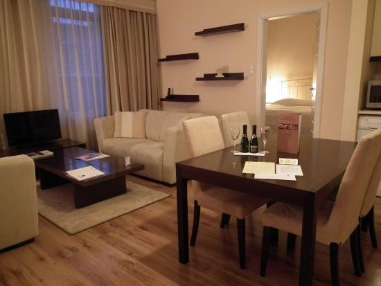 Mamaison Residence Izabella Budapest: Pièce de vie avec vue sur la chambre