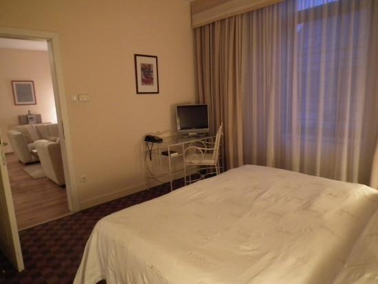 Mamaison Residence Izabella Budapest: belle chambre avec lit king size