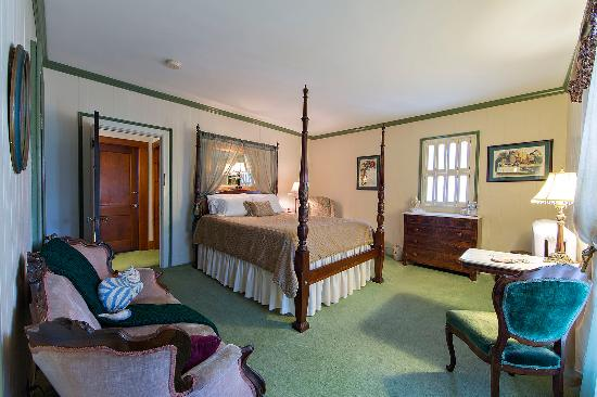 Rosewood Inn: Room 5 has a 4-poster Queen bed