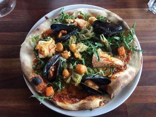 Olafsvik, Islandia: The seafood pizza was superb!