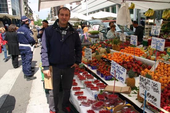 Mercato di Via Fauche: Local merchant