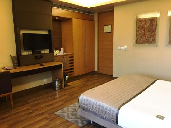 The Visaya: Very spacious room with large comfortable bed