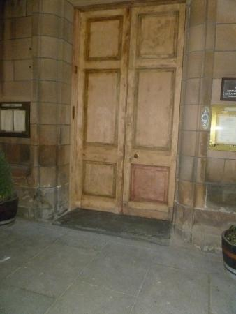 Argyll Arms Hotel: Outside door at night