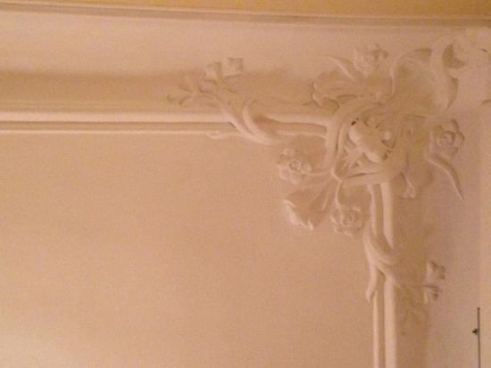 Barcelona Rooms: Detalles del cieloraso, en un ángulo del techo, habla de la elegancia de la casa original.