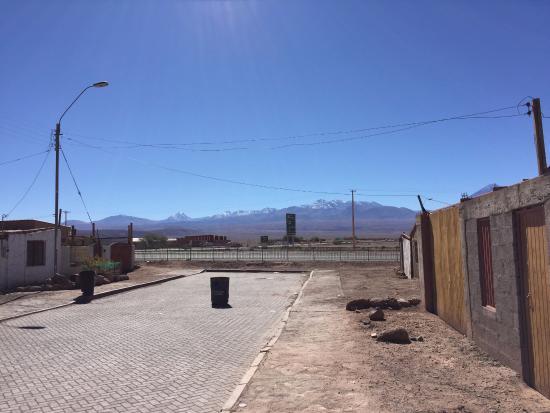 Hostal Solor: Rua do hotel, dando pra estrada do deserto