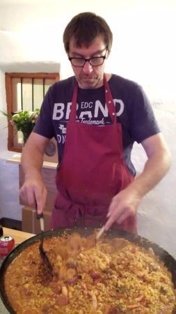 Riogordo, إسبانيا: Paella wordt door de eigenaar klaargemaakt met zorg!