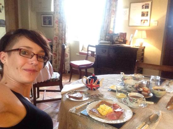 Damson Cottage: Nice room, tasty breakfast and chilling in the Sun in a peaceful garden